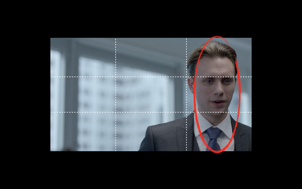 Fotoğraf kompozisyon tekniklerinden üçler kuralı Mr. Robot'un bu planında bilinçli olarak yıkılmış.