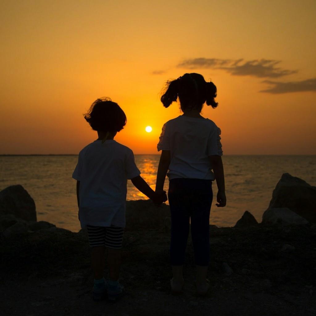 Güneşin batışında sevgi silüeti